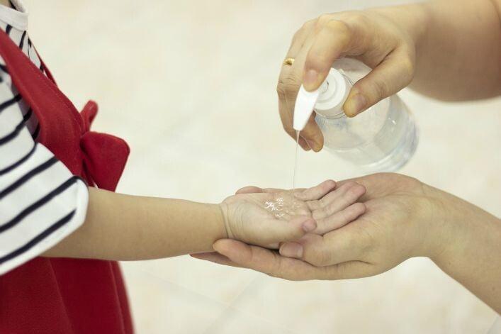 Gel hydro-alcoolique : attention aux yeux des enfants 2