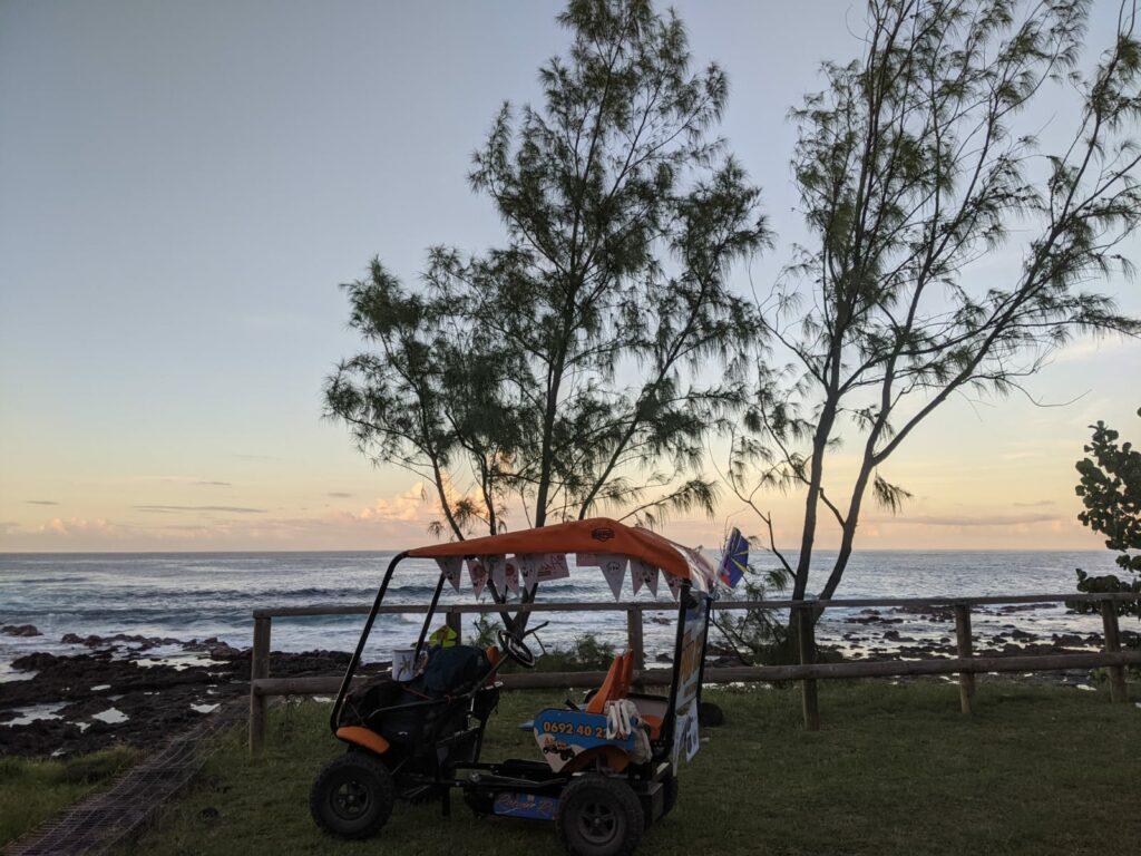 Carnet de voyage : Un pompier d'Epinay-Sous-Sénart fait le tour de La Réunion en rosalie 17